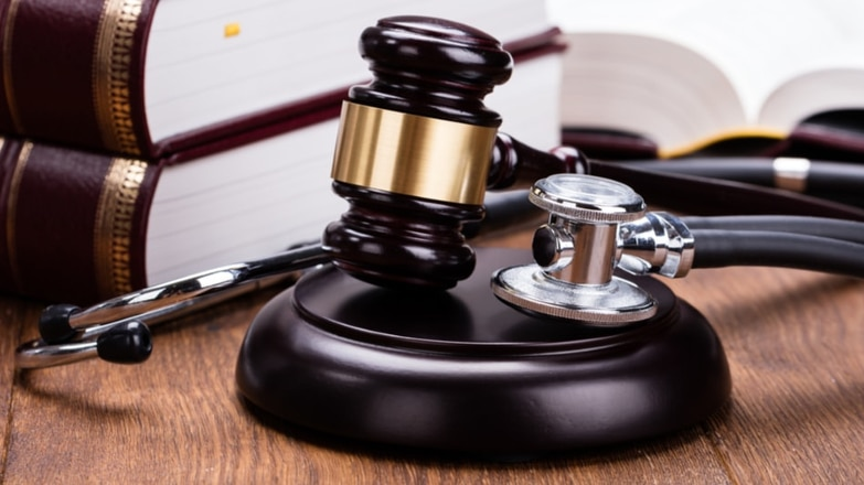 gavel and stethoscope representing a medical malpractice case